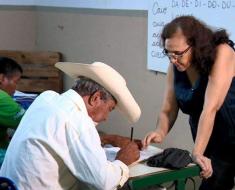 Professora monta escola dentro de bar e alfabetiza moradores de vila rural em Gavião Peixoto