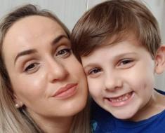 Meu filho tinha dificuldade para falar, mas aos 7 anos já aprendeu nove idiomas, diz mãe de garoto com autismo