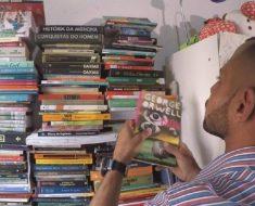 Coletor de lixo recupera livros jogados fora e cria biblioteca com mais de 200 exemplares em casa