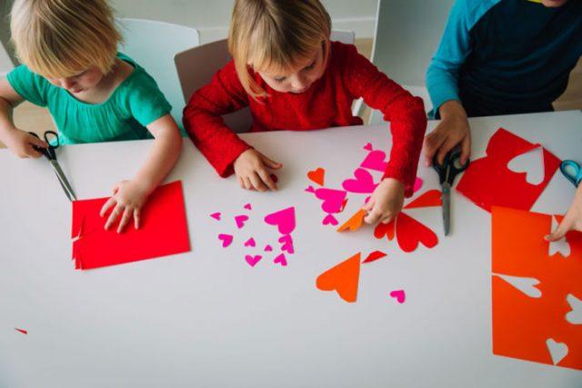 Crianças em confinamento e sem escola: Atividades domésticas para entretê-las