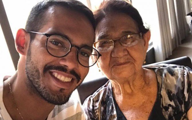 Vovó de 85 anos realiza sonho de aprender a ler e a escrever com ajuda de neto professor